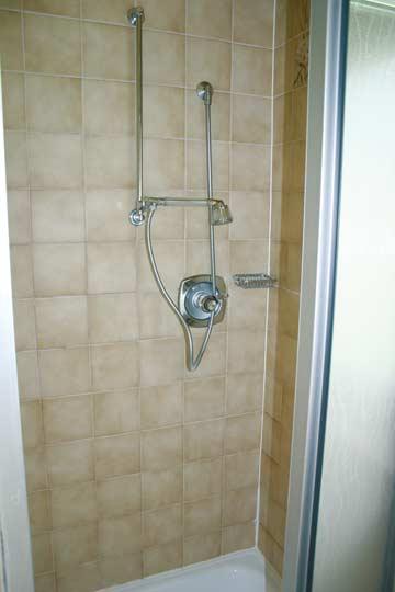 Dusche in einem der Schlafzimmer