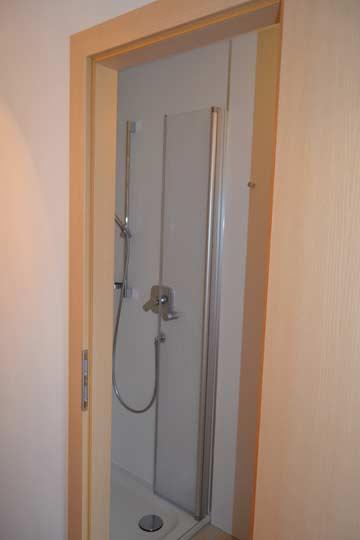 Neue Badezimmer in einigen Schlafzimmern