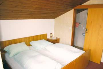 Ferienhaus Kaltenbach Zillertal - Blick in die Schlafzimmer. Hier schön zu erkennen: das eigene Bad mit DU/WC im Zimmer