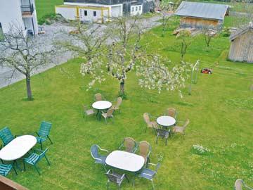 Garten am Ferienhaus Lechtal vom Balkon aus fotografiert