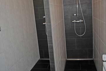 Duschraum mit 2 Duschen