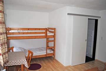 Familienzimmer mit Doppel- und Etagenbett mit eigenem Bad (Dusche/WC)