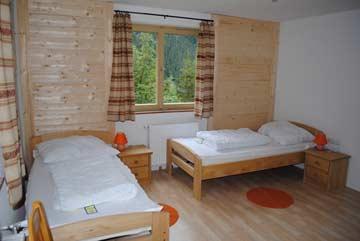Schlafzimmer im 1. OG mit 2 Einzelbetten und Etagenbett