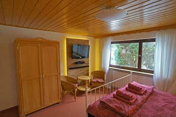 EG, Schlafzimmer2 mit frz. Doppelbett, SAT-TV und fl. Wasser