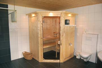 eines der schönsten Badezimmer in unserem Programm: Designdusche, Sauna, Eckbadewanne und Panoramablick!