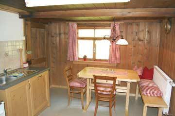 großer Esstisch in der Küche