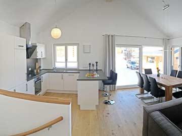 Blick Richtung Küche und Terrassenzugang