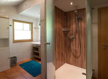 Das moderne Badezimmer mit Dusche im OG