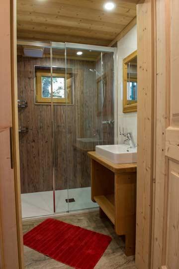 Modernes Badezimmer mit großer Dusche im EG