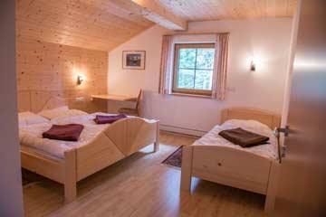 Blick in das 3-Bett-Zimmer mit Doppelbett