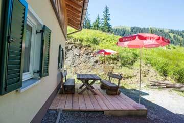 Sonnenterrasse mit Sonnenschirmen und Picknickmöbeln