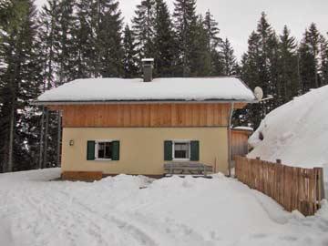 Weitere Außenansicht des Chalets im Winter