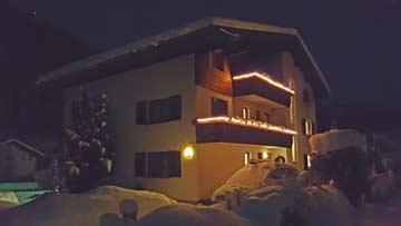 Rückansicht des Hauses an einem Winterabend