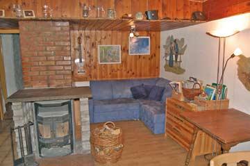 Sofaecke und Schwedenofen in der Hüttenstube