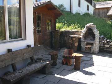 Terrasse und Grill im Sommer