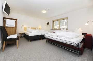 das gleiche Schlafzimmer mit ausgeklapptem Doppelschlafsofa