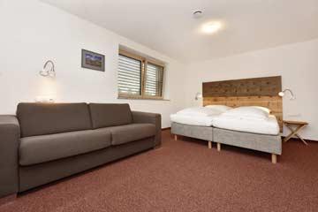 Schlafzimmer mit eingeklapptem Schlafsofa ...