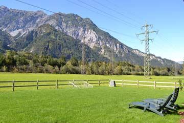 Garten mit Fußballwiese und schöner Aussicht