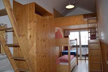 6-Bett-Zimmer mit Etagenbett und Schlafgalerien