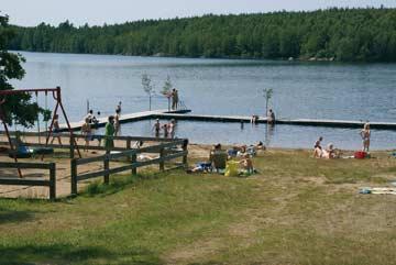 mehrere Badestege sind am See vorhanden