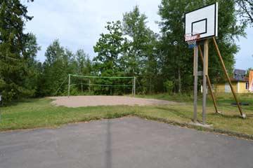 Beachvolleyballplatz und Basketballkorb