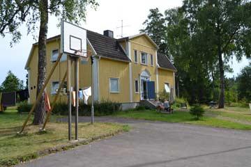 Blick vom Parkplatz zum Haus