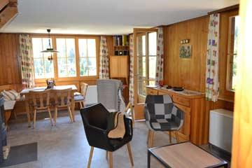Sitzgruppe und Esstisch im Wohnraum