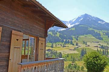 Balkon mit Aussicht im Sommer