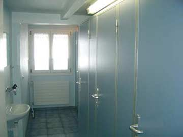 Waschraum mit 3 Duschen