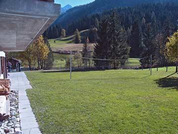Gruppenhaus Gsteig bei Gstaad - Spiel- und Liegewiese am Haus