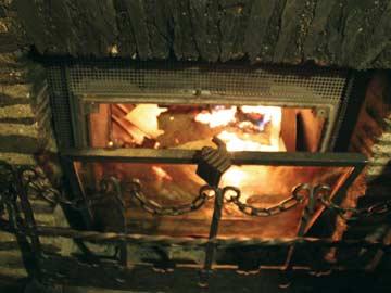 sorgt für Wohlfühlatmosphäre nach dem Skifahren im Winterresort LAAX: der offene Kamin im Speise- und Aufenthaltsraum