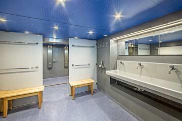 der 2020 modernisierte Duschraum
