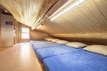 eines der Schlafzimmer mit Matratzenlager