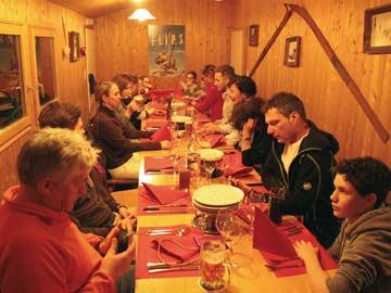 Ziel der Rodelpartie: Fondueabend im gemütlichen Bergrestaurant unterhalb der Skihütte Flims