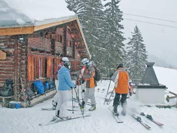 mit den Skiern direkt vor die Haustüre