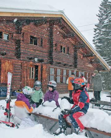 die Kids haben Spaß im Neuschnee auf der Terrasse