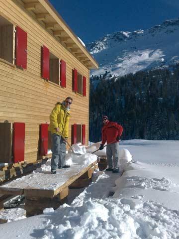 Vor dem Sonnenbad muss erst der frische Schnee geräumt werden (Kundenfoto)