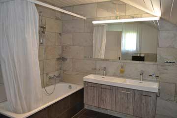 Modernes Badezimmer mit Badewanne (inkl. Duschmöglichkeit), Doppelwaschbecken ...