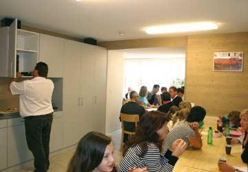 beim gemeinsamen Essen im Speise-/ Aufenthaltsraum