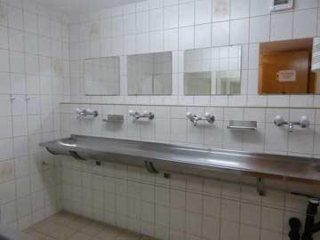 einer der beiden Waschräume im UG