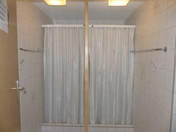 getrennte Duschen im Waschraum