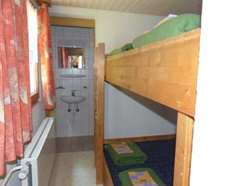 Schlafzimmer beim Leiterstübli im UG mit eigener Dusche