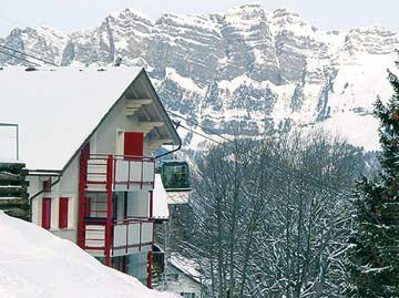 Skihütte Tannenheim - Skiurlaub Flumserberg direkt an der Skipiste: der Prodalp-Express fährt direkt am Haus vorbei