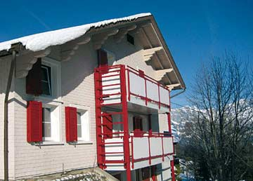 Skihütte Tannenheim - Skiurlaub Flumserberg direkt an der Skipiste: hinter dem Haus werden einfach die Skier angeschnallt