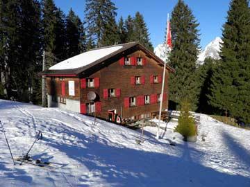 erster Schnee im Herbst an der Skihütte Alt St Johann
