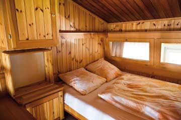 Doppelbett auf der offenen Galerie im 2-3-Bet-Zimmer im 1. OG