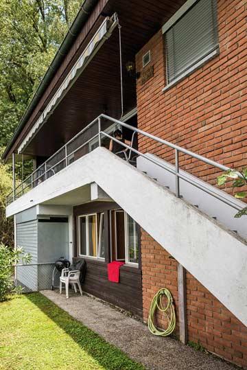 Treppe von der Terrasse zum Garten
