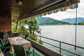 Aussicht von der Terrasse auf den See und Caslano