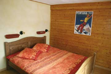 eines der 2-Bett-Zimmer mit Doppelbett
