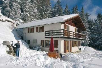 eingeschneites Chalet Crans-Montana